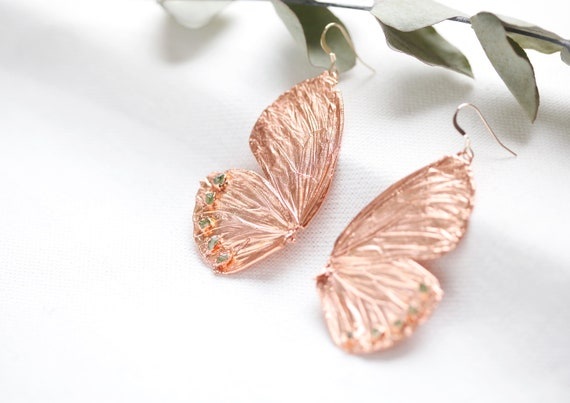 Butterfly wing earrings in raw copper &peridot crystals - Nature and boho inspiration