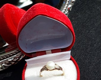 Stunning 9ct Gold Natural Pearl Engagement Ring.