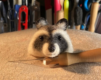 Raccoon brooch made of wool