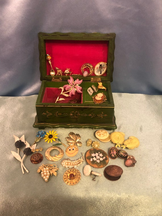 Vintage music jewelry box with vintage jewelry