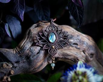 Lotusblüte mit blauem Labradorit - Makramee Halskette in Dunkelbraun