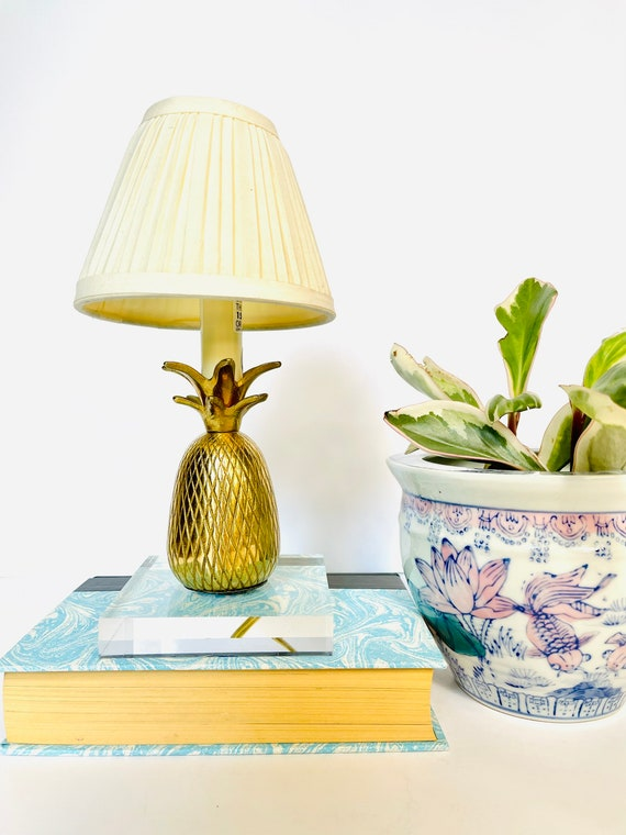 Vintage Hollywood Regency Mid-Century Brass Pineapple Table Top Lamp with Shade and Acrylic Base