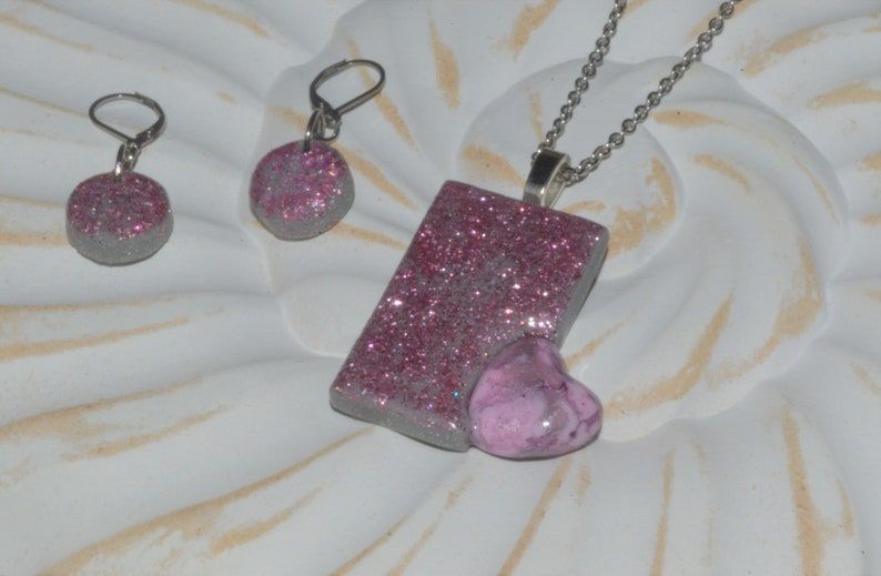 incl earrings Cute necklace in grey with pink glitter and small heart on stainless steel chain
