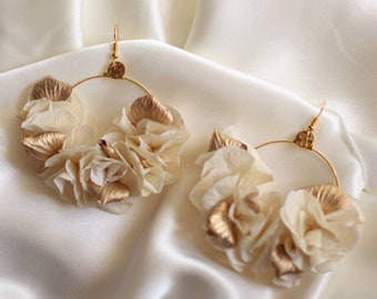 Moyra champagne and gold earrings in dried and stabilized flowers for boho chic wedding