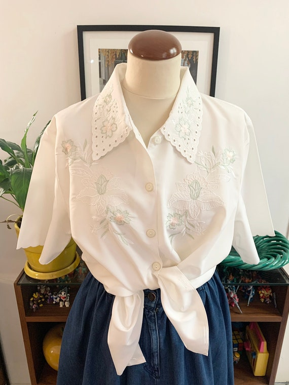 Vintage white floral embroied blouse with large la