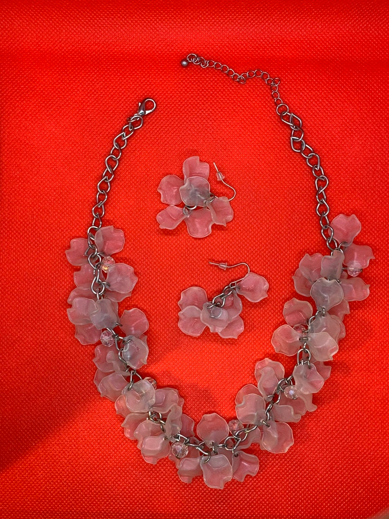 1930/'s Vintage Frosted Lucite flower petal necklace and earing/'s set
