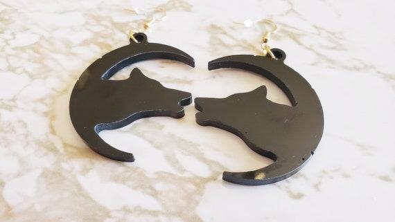 Wolf Howling In The Moon Earrings - Earrings Made of Resin