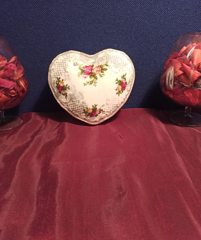 1962 Excellent Condition. /'Old Country Roses/' Retro Royal Albert Heart Shaped Trinket Dish
