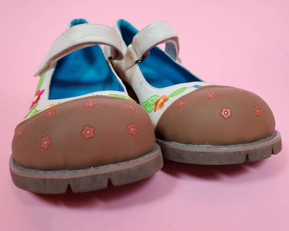 Chunky 90s leather mary janes. Floral embroidery.