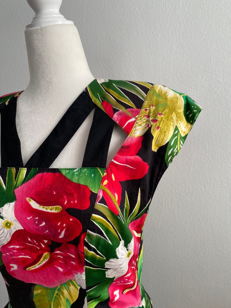Vintage tropical floral from the early 1980\u2019s ladies in a size 6 small 6