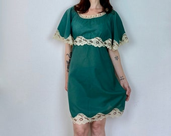 1970s Green cape dress with lace detailing - Size XS