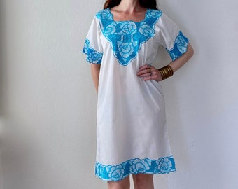 1970s white Bali dress with turquoise floral embroidery - Size S