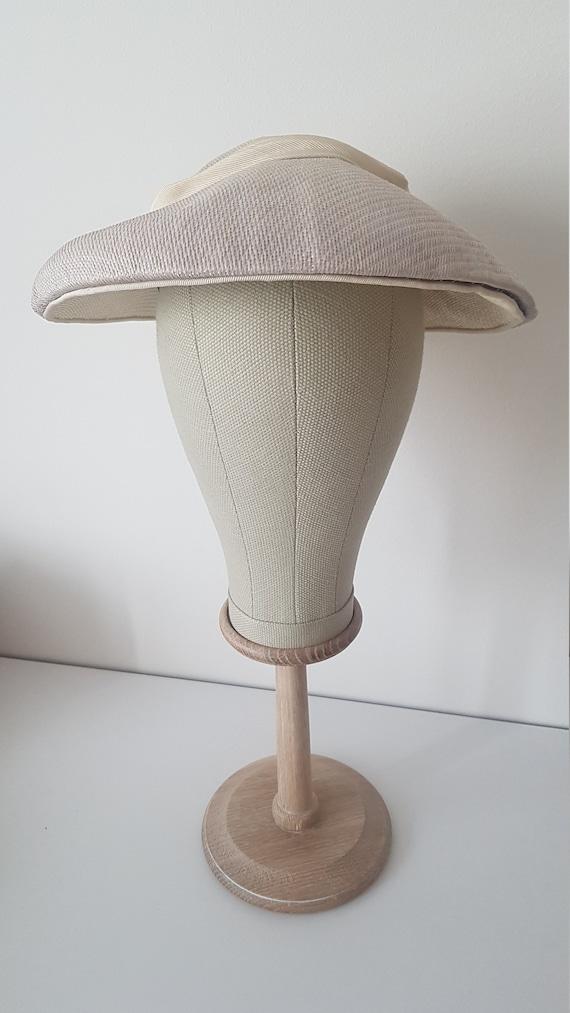 Vintage ca 1940s/1950s gray beige saucer plate hat