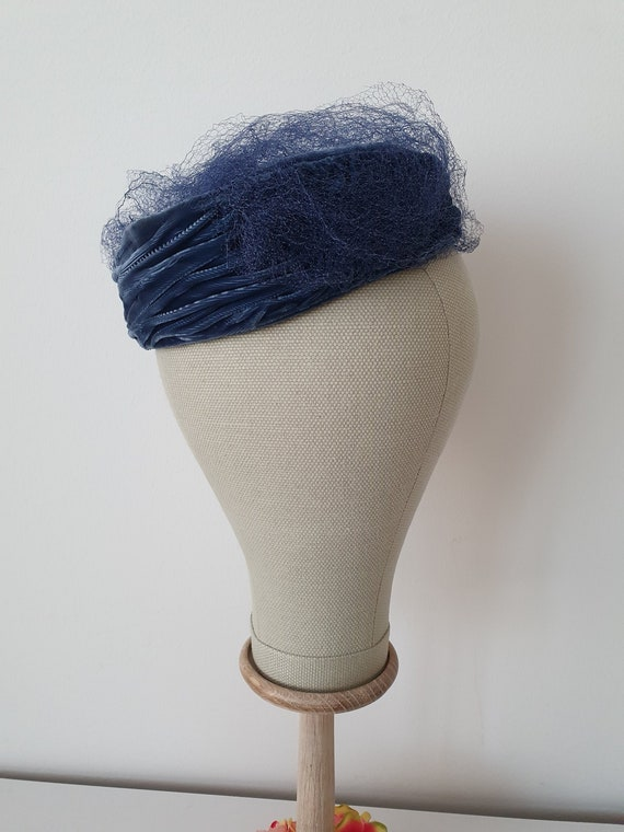 Vintage ca 1950s blue velvet pillbox hat with blue