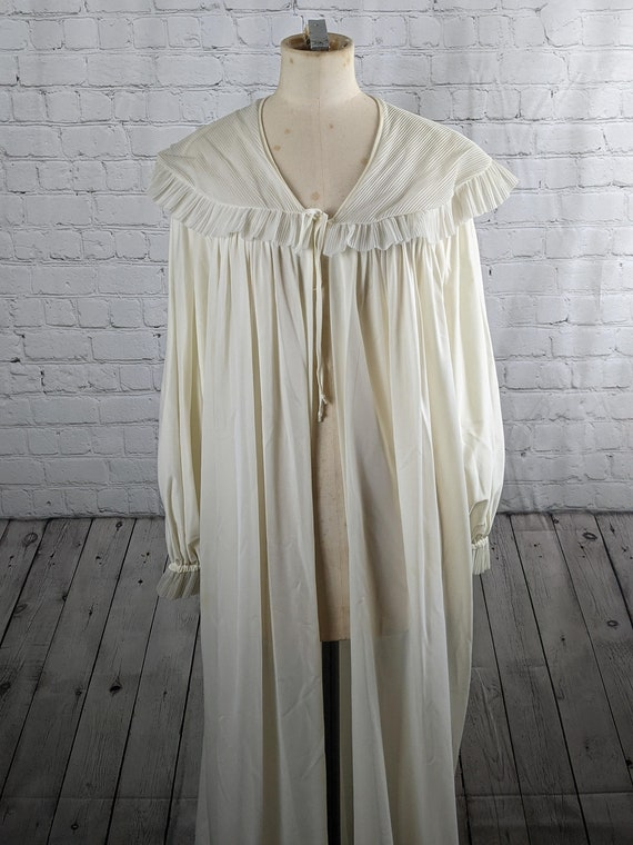 1940s Dramatic White Dressing Gown