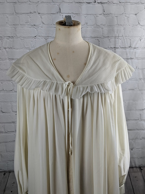 1940s Dramatic White Dressing Gown - image 2