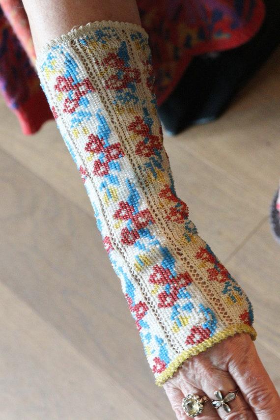 Beaded crochet fingerless mittens (Trachten Stulpe