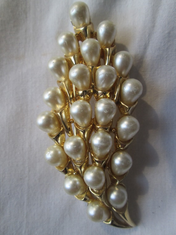 Crown Trifari Gold Tone Pearl Brooch - image 1