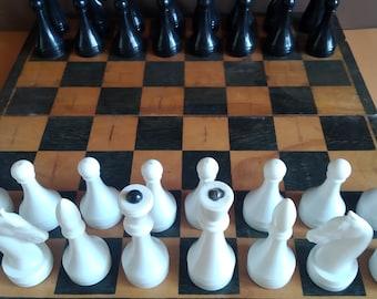 Korvettes magnetic chess set with wood case