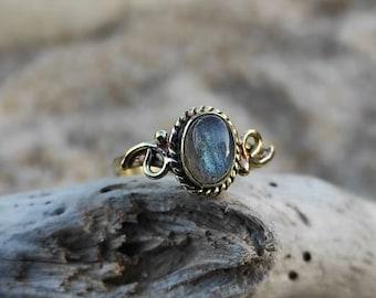 Vintage labradorite brass ring, golden cabochon labradorite ring, small boho gemstone ring