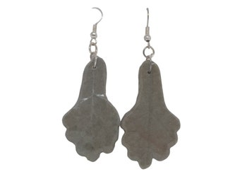 Simple dangle stud gray leaf earrings, everyday modern clay jewelry, give handmade gifts, created by PiArtesanales