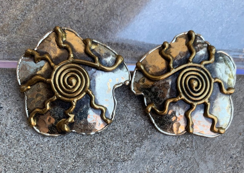 STUNNING Vintage 1970s 1980s Boho Tribal Hand Crafted Brutalist Modernist Brass /& Silver Tone Mixed Metal Sun Spiral Earrings