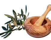12 cm bulging round mortar and olive wood pestle (6402)