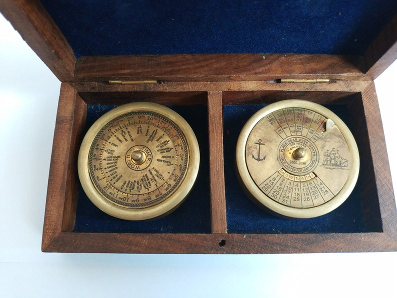 Permanent calendar and display of world time in the style of Maritim in a wooden box