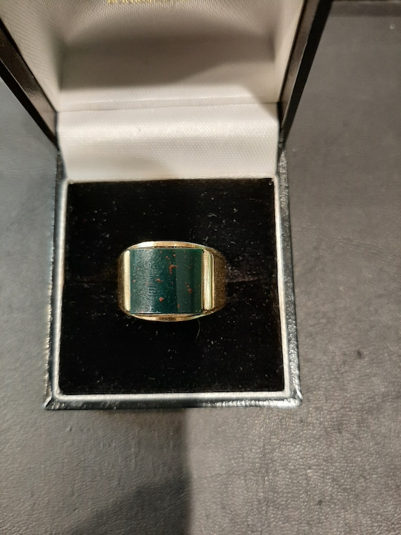 A 9ct yellow gold bloodstone signet ring.