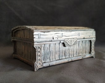Box with stylized Celtic ornament