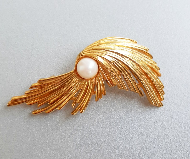 1950s brooch Vintage large pearl brooch Gold tone brooch Faux pearl pin Art nouveau pin