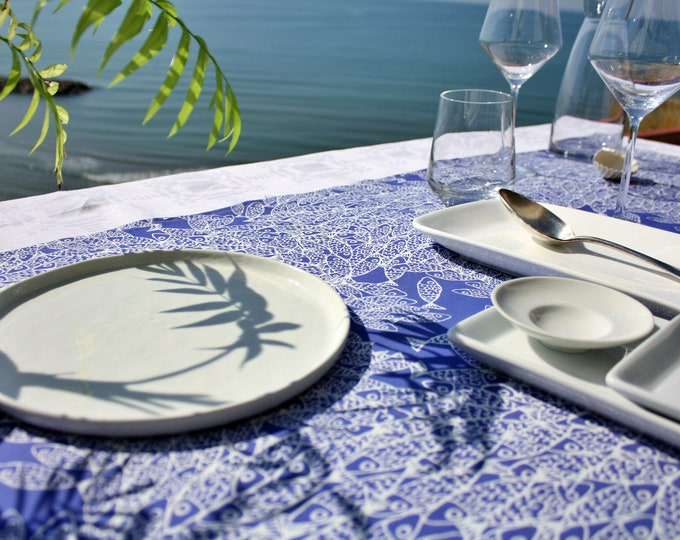 Chemin de table - 100 % coton - motifs poissons - bleu Majorelle - Grand Travers - La Grande Motte - Occitanie - Made in France