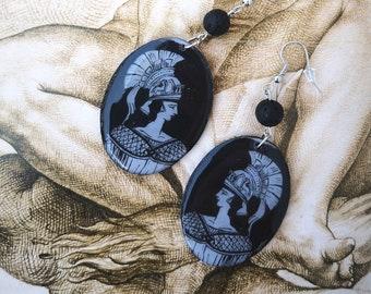 Boucle d'Oreille Bohème Chic, Mythologie Grecque, Pendentif Long Artistique, Bijou Bohème Pendant, Couleur Blanc Noir, Sarah N Creations