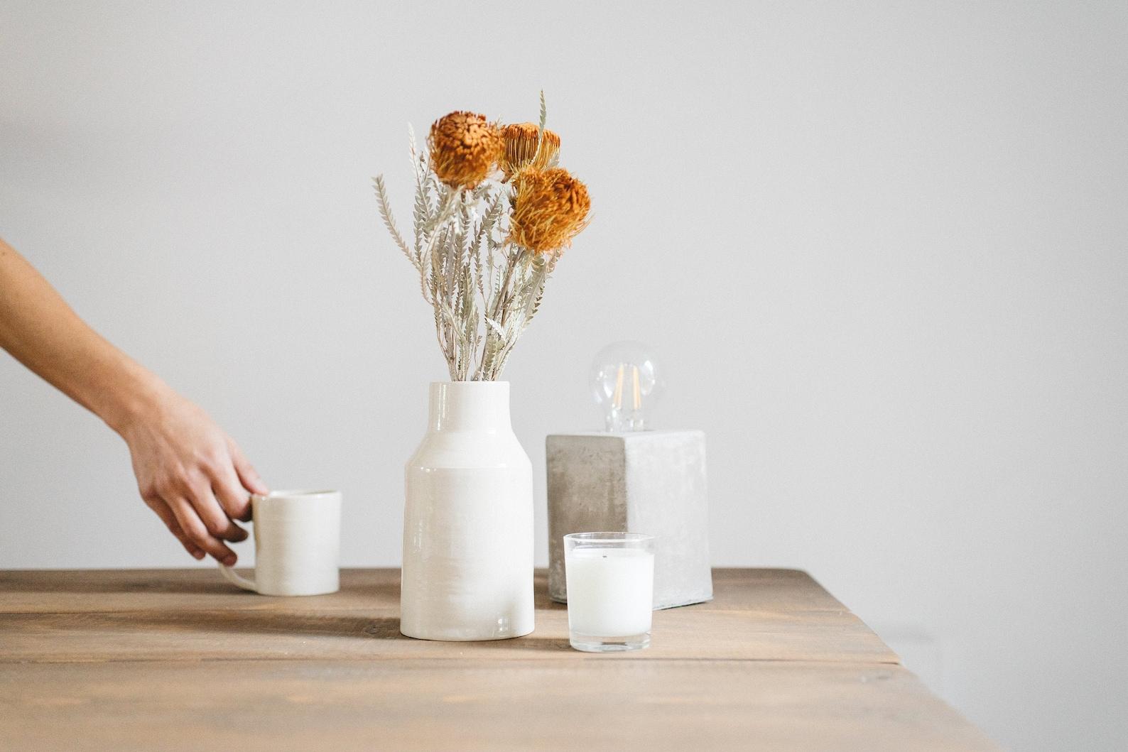 Vase de fleurs en grès uni blanc
