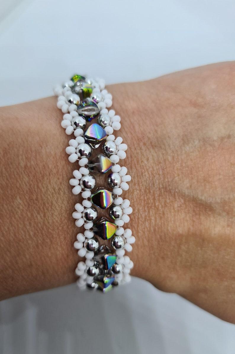 White and biconer beaded bracelet