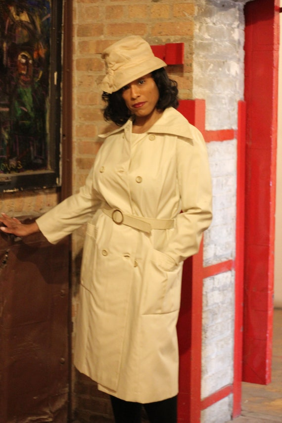 Vintage 70's off white trench coat with wide collar and pockets