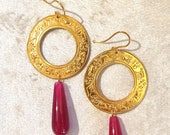Brass earrings with gold bath. Circle pendant with Capitoline wolf and chimera interspersed with palmettes. Agate stone