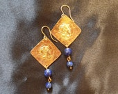 Brass earrings with gold bath. Rhombus pendant with head of Rome. Pendant with double pearl in lapis lazuli