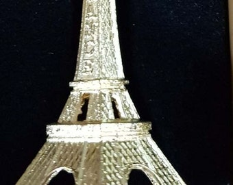 gold or bronze eiffel tower 3d keyring, very detailed bright and shiny , keyring, keyfob