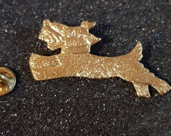 gold running dog with clip on rear Pin ,Badge / tie pin unisex gift boxed