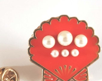 pearls in a oyster Lapel /tie Pin Badge 3d effect with clip for rear gift boxed