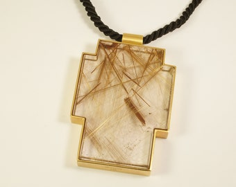 Cross pendant in 750/00 yellow gold with rock crystal with rutile deposits on cord