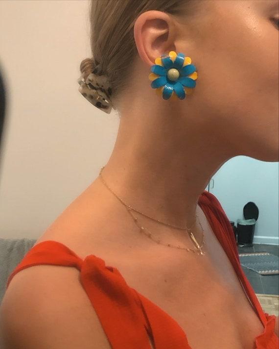 1960s ENAMEL DAISY EARRINGS —  blue/yellow