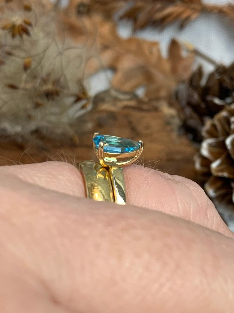 Vintage solitaire blue topaz 9 carat gold ring