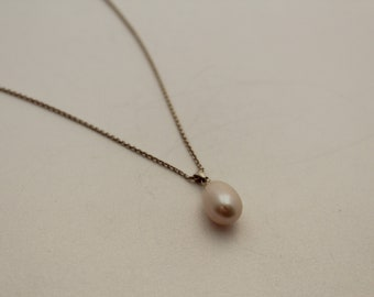 Silver chain with white pearl