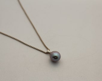 Silver chain with grey pearl