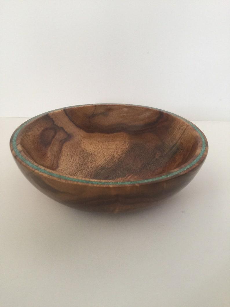 Bol de bois de rose avec l'incrustation turquoise de roi