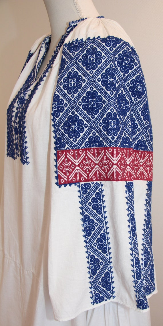 Vintage traditional embroidered Romanian dress - image 3