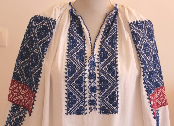 Vintage traditional embroidered Romanian dress - image 6