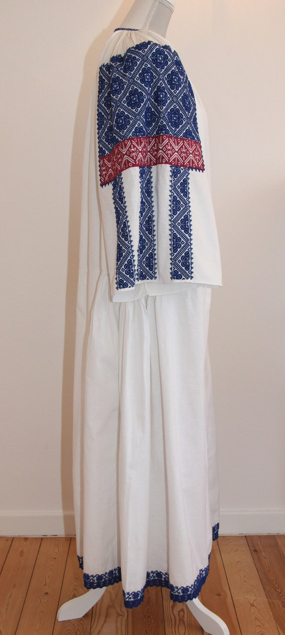 Vintage traditional embroidered Romanian dress - image 2